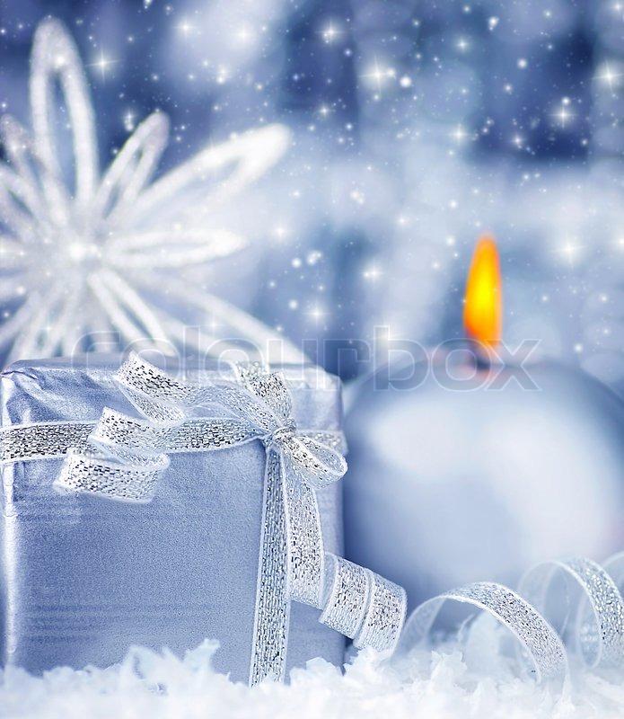 Winterurlaub Hintergrund mit blauen Silbers Geschenk-Box, Kerze ...