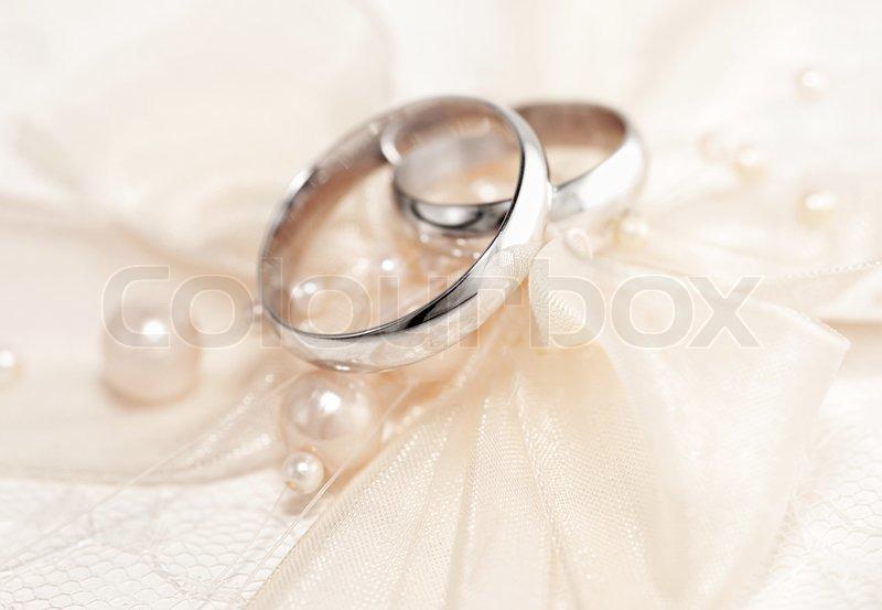 Paar Goldene Hochzeit Ringe Uber Einladungskarte Mit Seide Bogen Und