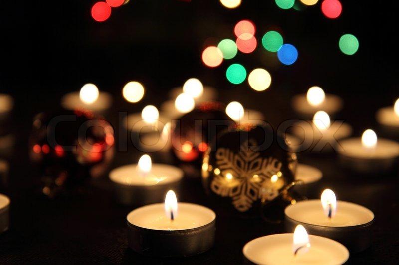 kerzen und weihnachtsbaum in der dunklen nacht stockfoto. Black Bedroom Furniture Sets. Home Design Ideas