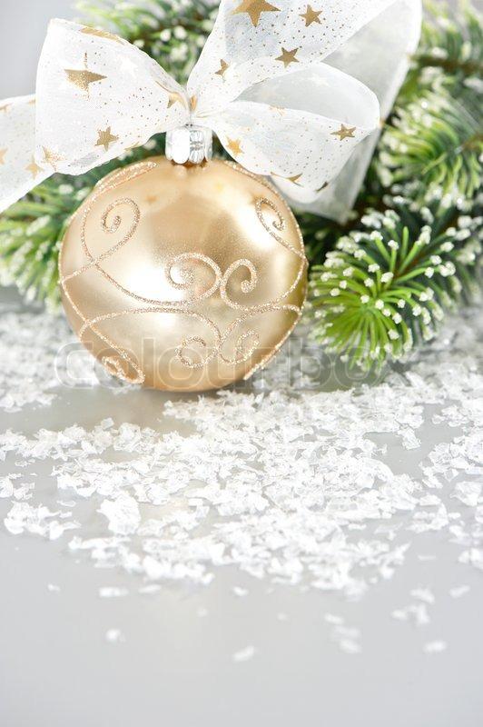 goldene weihnachtskugel mit band und schnee dekoration stock foto colourbox. Black Bedroom Furniture Sets. Home Design Ideas