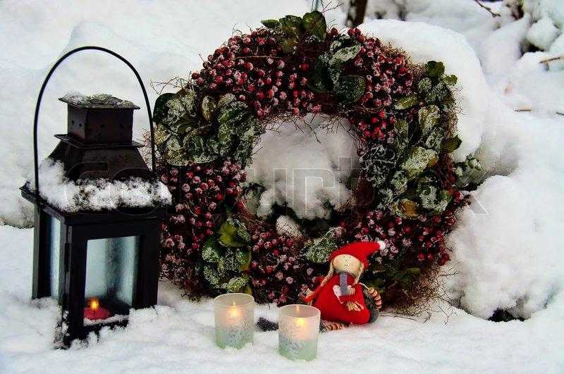 Weihnachtsdekoration f r den garten bei kerzenschein und kranz stockfoto colourbox - Weihnachtsdekoration fur den garten ...