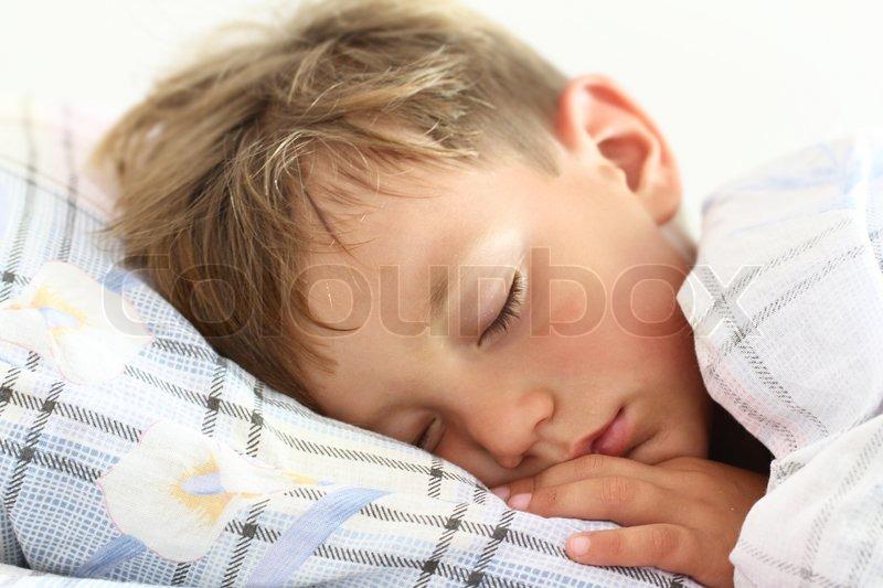 Kind Deckt Sich Nachts Auf