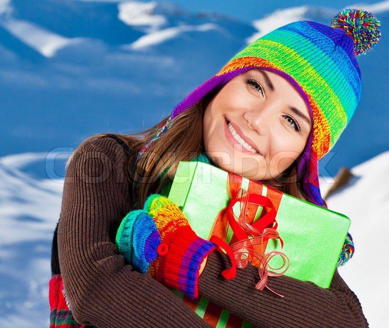 Glückliches Mädchen mit Weihnachtsgeschenk , Winter outdoor portrait ...