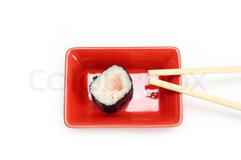 sushi maki roll mit gem se und lachs im inneren auf rotem teller mit st cken auf wei em. Black Bedroom Furniture Sets. Home Design Ideas