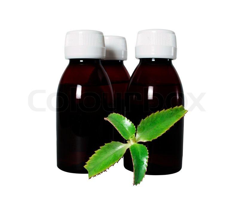 kleine flaschen der medizin andmedicinal kalanchoe isoliert auf wei em hintergrund stockfoto. Black Bedroom Furniture Sets. Home Design Ideas