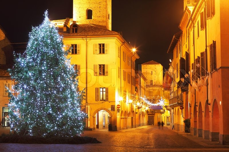 beleuchtete weihnachtsbaum auf zentralen platz im. Black Bedroom Furniture Sets. Home Design Ideas