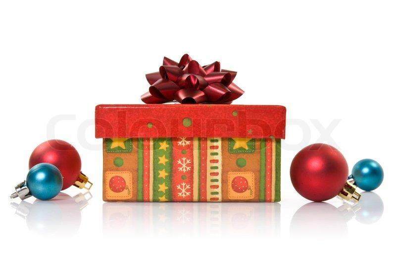 geschenk box und weihnachtskugeln auf wei em hintergrund stockfoto colourbox. Black Bedroom Furniture Sets. Home Design Ideas