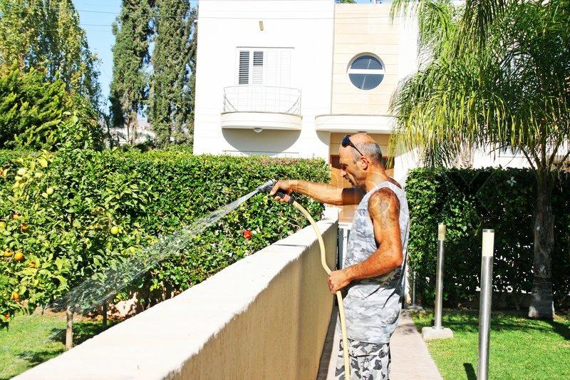 С садовником на лужайке 5 фотография