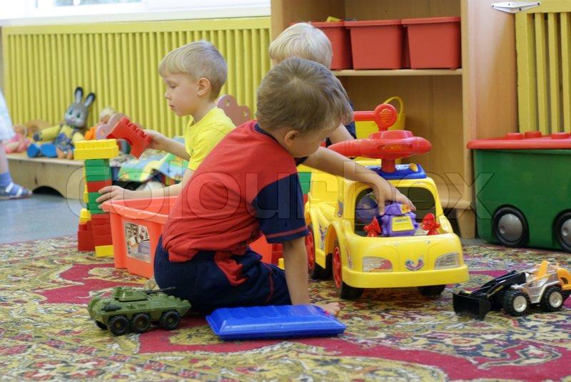 Børn lege med legetøj i børnehaven   stock foto   Colourbox