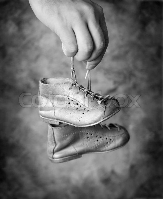 schwarz wei bild mann h lt seinen alten baby shoes in seiner hand stockfoto colourbox. Black Bedroom Furniture Sets. Home Design Ideas