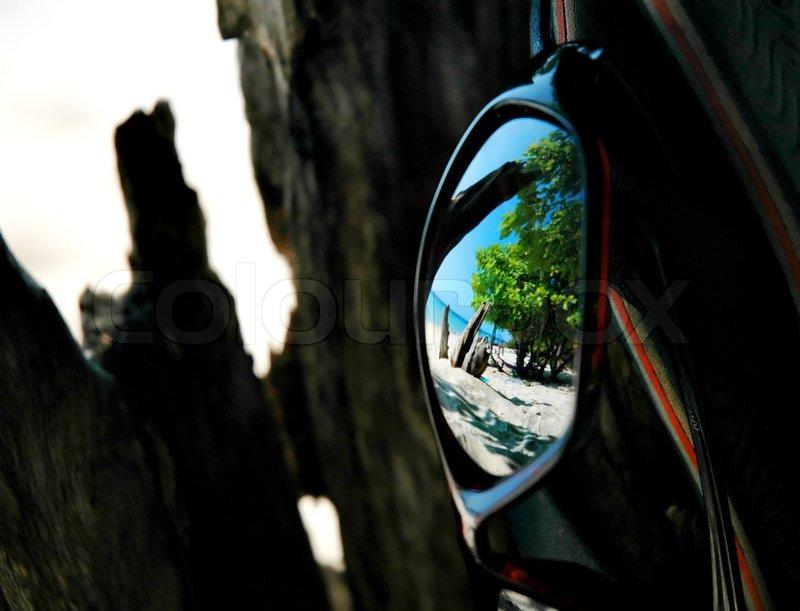 Refleksion af stranden i solbriller | Stock foto | Colourbox