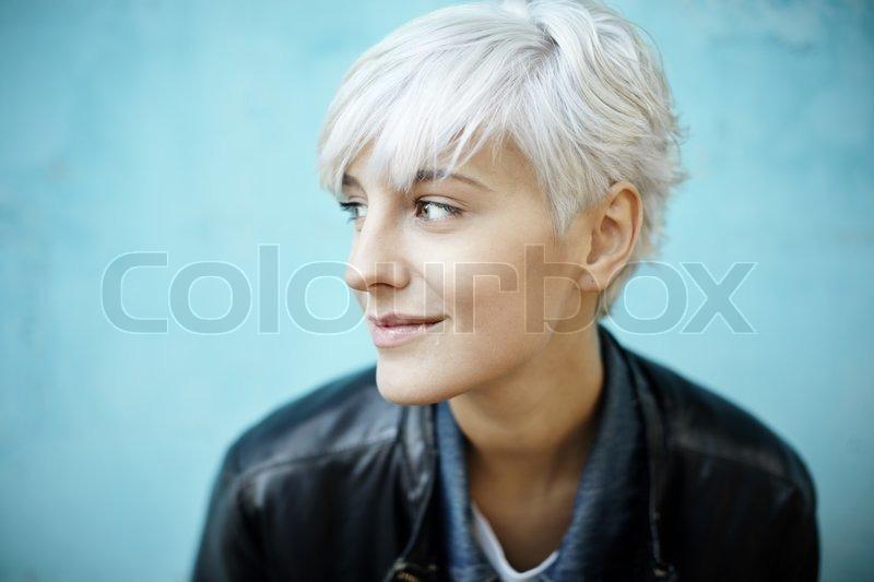 real ung smuk kvinde i afslappet stil selektiv fokusering stock foto colourbox. Black Bedroom Furniture Sets. Home Design Ideas