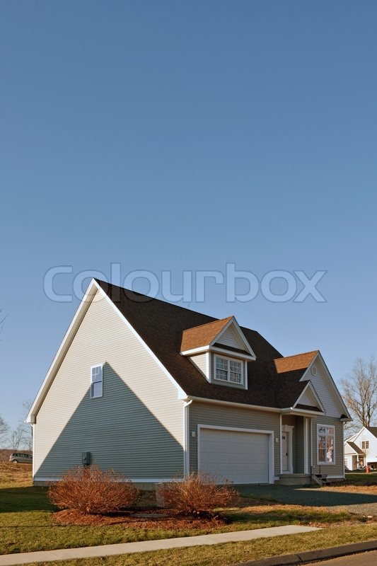 Stock image of 'Modern custom built house newly constructed with a 2 car garage in a residential neighborhood'