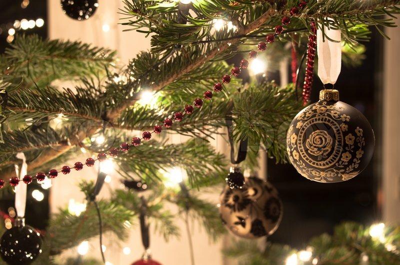 Stock Bild Von U0027Dekorative Weihnachtskugeln Und Dekoration Hängen Kiefer    Baum Zweigu0027