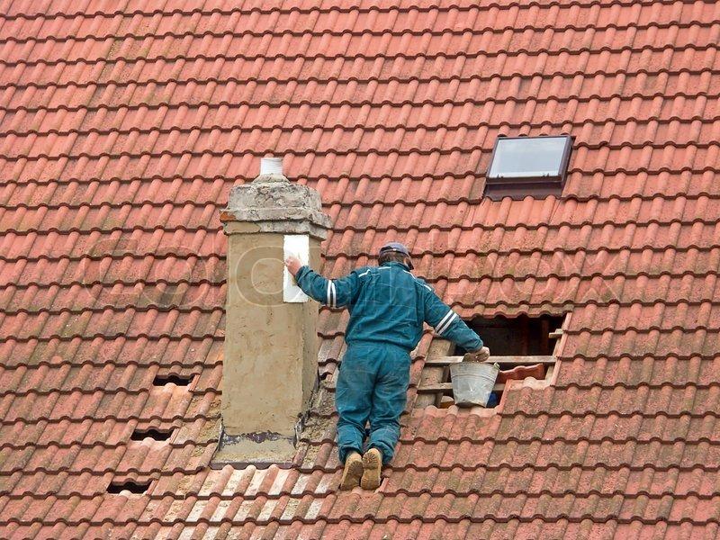 Arbeiter Auf Dem Dach Schornstein Reparaturen Stockfoto