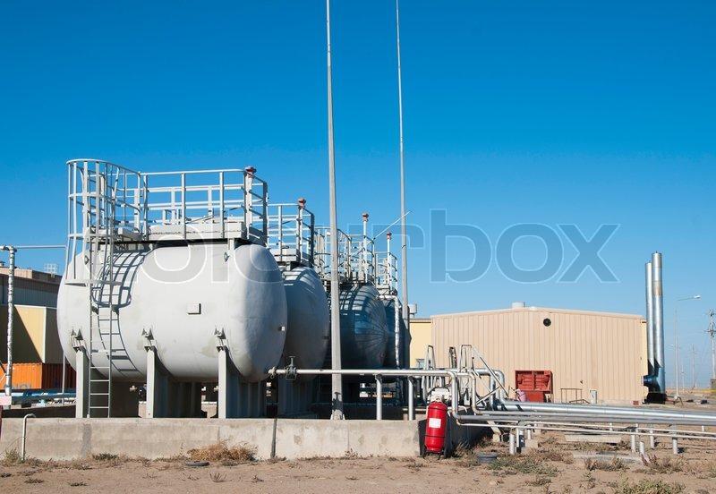 Tanks und Kessel- Haus auf Industriegelände | Stockfoto | Colourbox