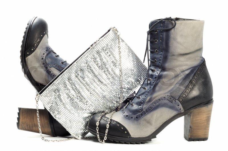 76f4a5325425 Par moderne læderstøvler og kvinde sølv pursewith halskæde over hvide  baggrund