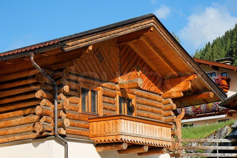 Holz im alpinen chalet mit balkon stock foto colourbox for Case in legno polonia