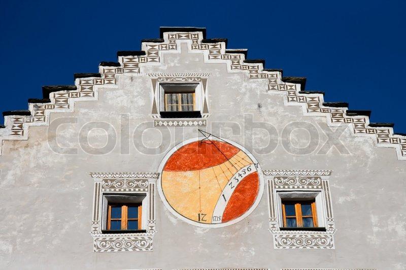 rote und orange sonnenuhr an der wand des stockfoto colourbox. Black Bedroom Furniture Sets. Home Design Ideas
