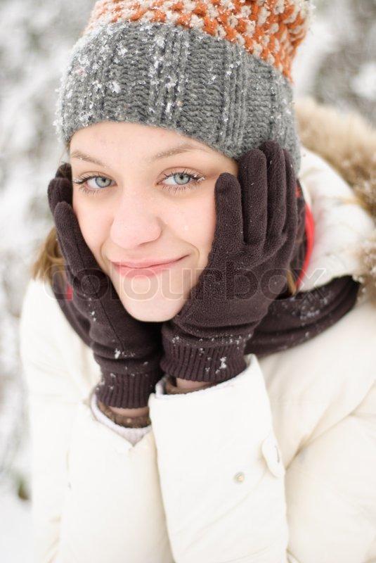 m dchen mit blauen augen erw rmen sich unter schnee im freien stockfoto colourbox. Black Bedroom Furniture Sets. Home Design Ideas