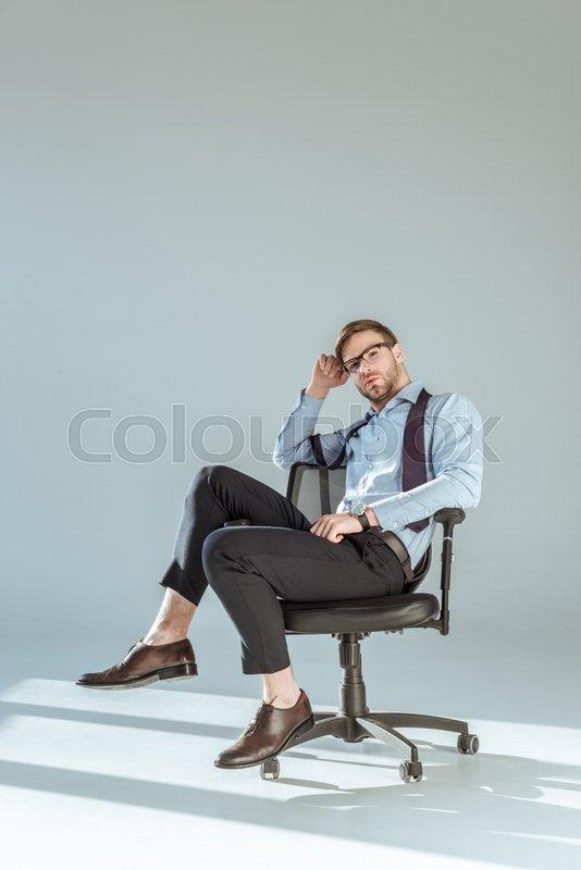 Женщина сидит на мужике как на стуле