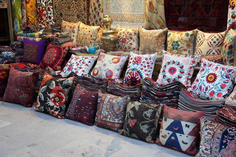 kissen und teppiche shop in istanbul t rkei stockfoto colourbox. Black Bedroom Furniture Sets. Home Design Ideas