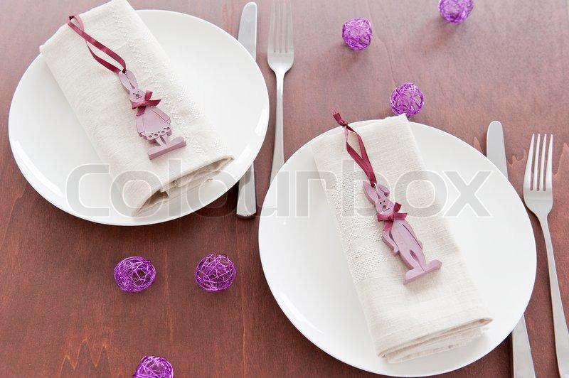 Brown træ bord dækket med et dobbelt , med påskepynt i form af ...