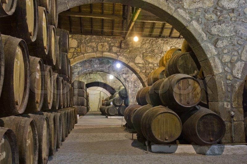 Fußboden Aus Alten Weinfässern ~ Alten keller mit reihen von hölzernen weinfässer stockfoto colourbox