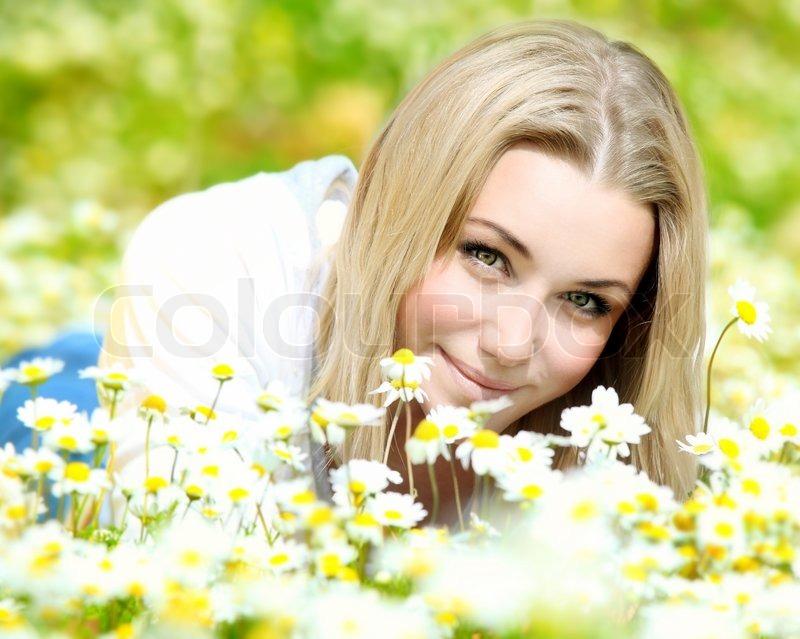 junge sch ne m dchen mit auf die daisy blumen feld outdoor portrait sommerspa und freiheit. Black Bedroom Furniture Sets. Home Design Ideas