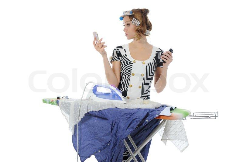 junge frau mit lockenwicklern auf dem kopf streicheln m nner shirt makeupisolated auf wei em. Black Bedroom Furniture Sets. Home Design Ideas