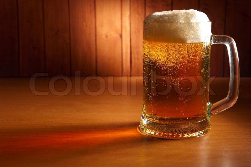 Krug bier auf einem pub tabelle stockfoto colourbox for Tegee glas schaum glanz