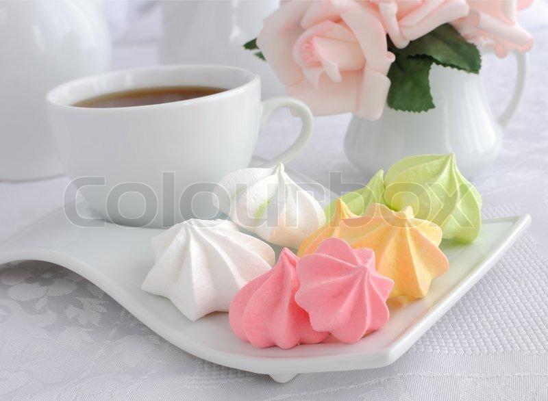 eine tasse kaffee und kekse baiser auf einem teller nahaufnahme stockfoto colourbox. Black Bedroom Furniture Sets. Home Design Ideas