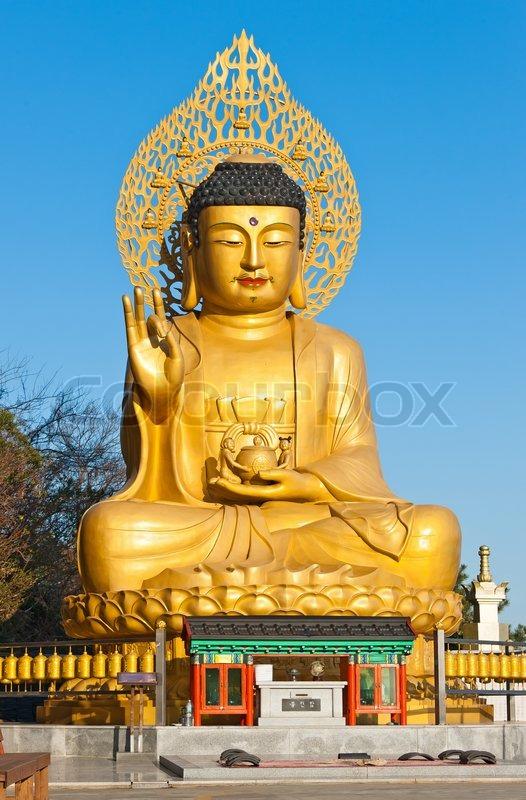 golden buddha statue am buddhistischen tempel