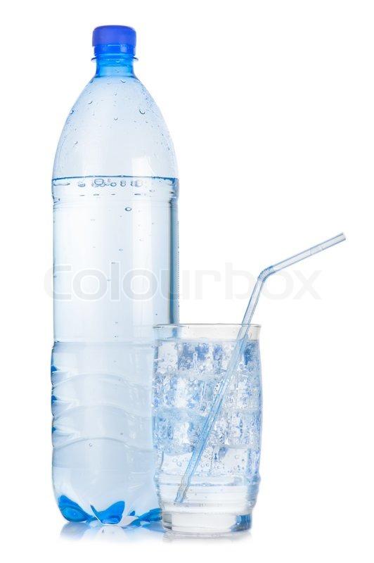 kunststoff flasche und glas mit strohhalm iced mineralwasser mit blasen auf wei em hintergrund. Black Bedroom Furniture Sets. Home Design Ideas