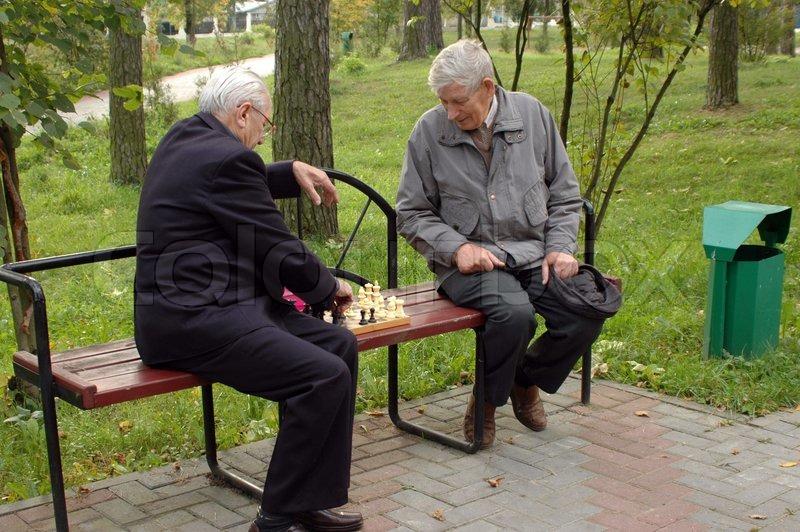 zwei alte m nner spielen schach im park 1 stock foto. Black Bedroom Furniture Sets. Home Design Ideas