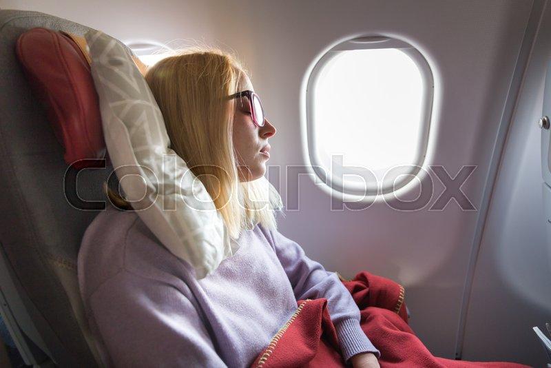 красивая блондинка спит в автобусе вашему вниманию
