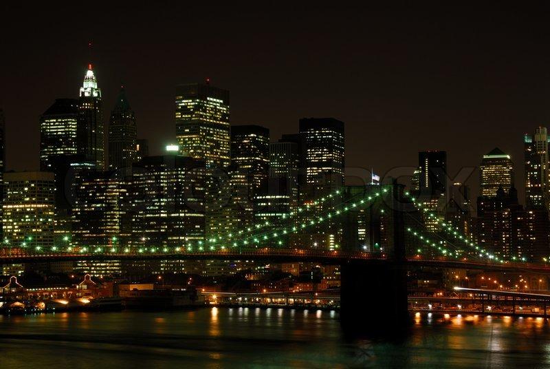 brooklyn bridge und manhattan skyline bei nacht stock foto. Black Bedroom Furniture Sets. Home Design Ideas