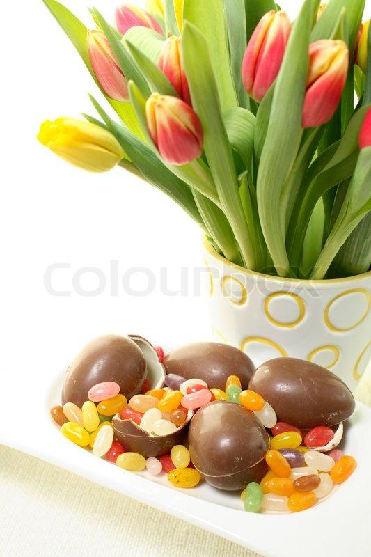 strau tulpen in der vase und viel schokolade und. Black Bedroom Furniture Sets. Home Design Ideas