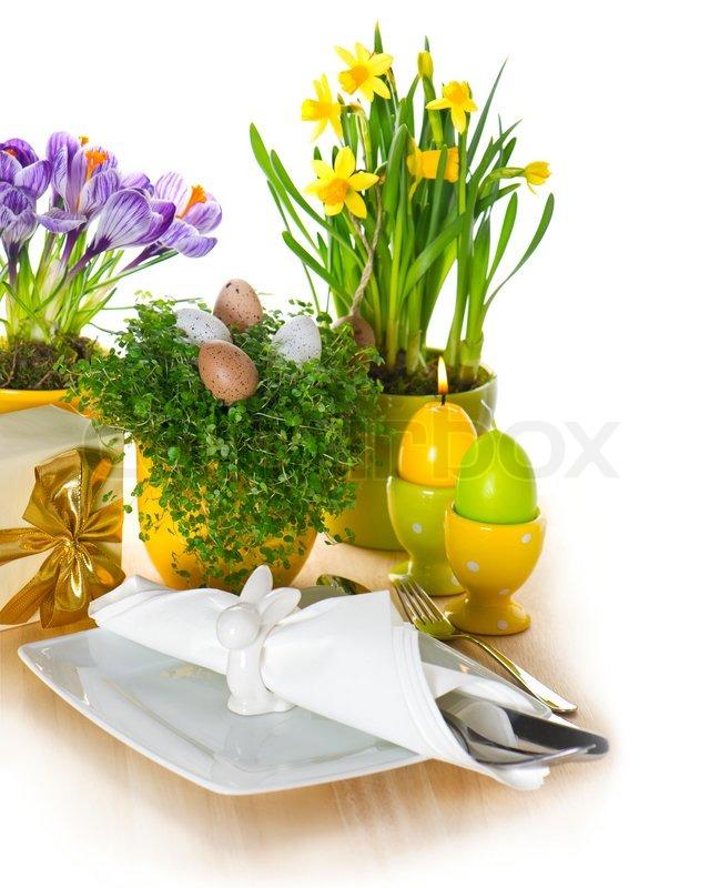 Festligt påske borddækning med æg og blomster dekoration ...