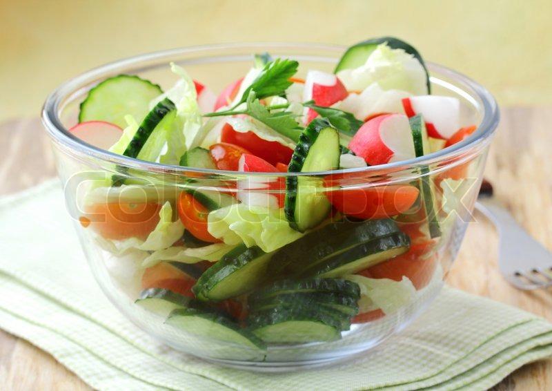 Салат из листьев салата с помидорами черри