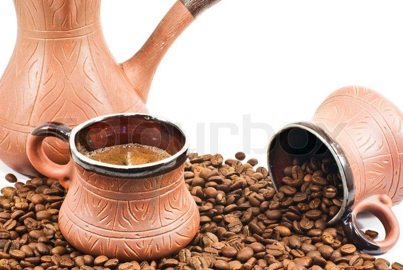 zwei braune keramik tasse filledand keramik kaffee kaffeemaschine mit kaffeebohnen stockfoto. Black Bedroom Furniture Sets. Home Design Ideas