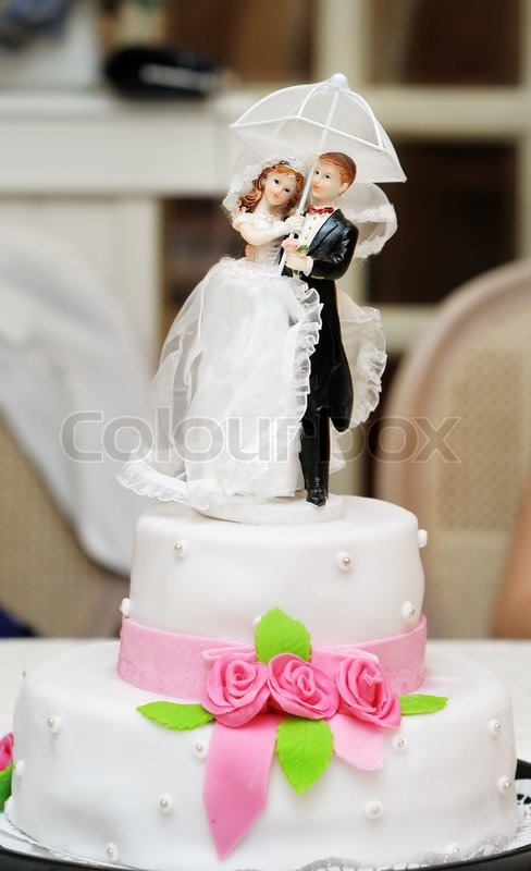 couple wedding cake box figurines on top of wedding cake with roses decorations 13017