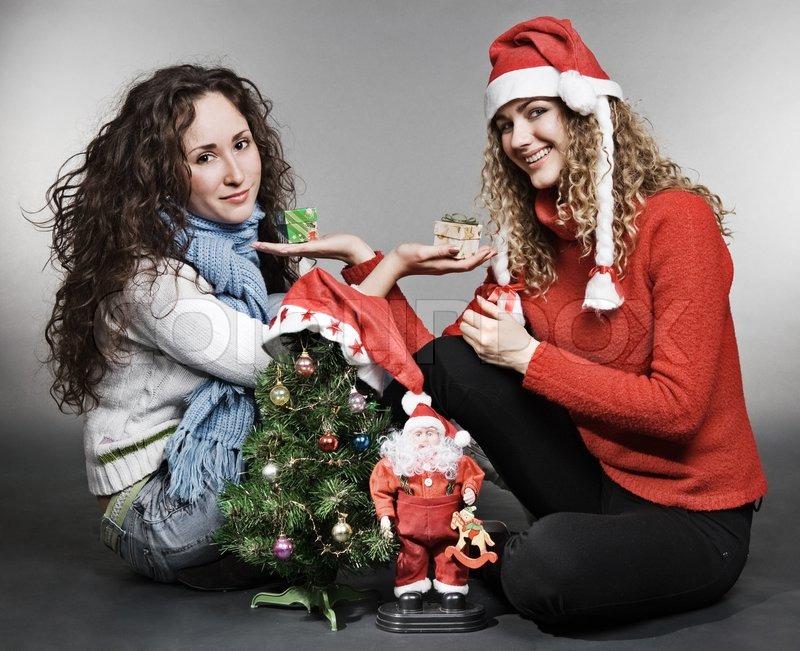 zwei freunde sitzen in der n he von weihnachtsbaum stock foto. Black Bedroom Furniture Sets. Home Design Ideas
