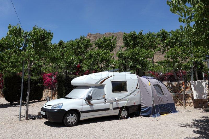 Zelt Auf Campingplatz Mieten : Wohnmobil mit zelt auf einem campingplatz in spanien