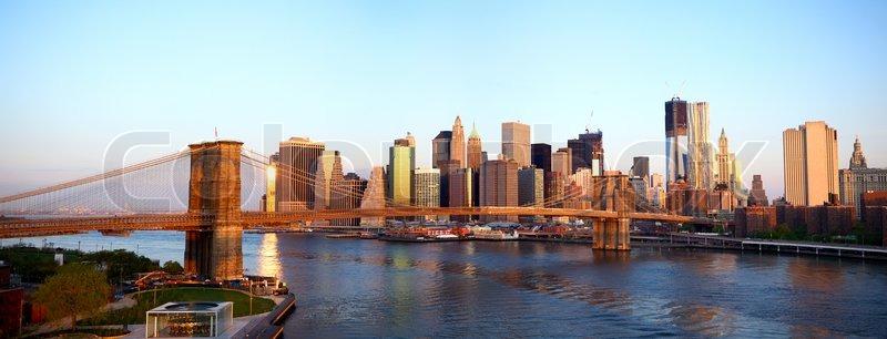 sonnenaufgang blick auf die brooklyn bridge und lower manhattan skyline in new york city. Black Bedroom Furniture Sets. Home Design Ideas