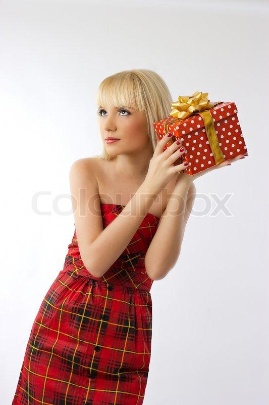 sch ne blonde m dchen halten weihnachtsgeschenk im roten. Black Bedroom Furniture Sets. Home Design Ideas