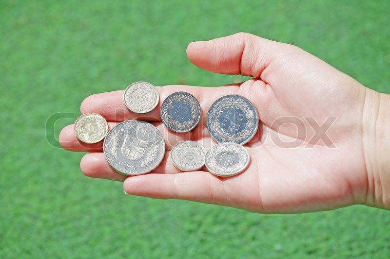Gesamtmenge Der Schweizer Franken Münzen In Offenen Hand Halten