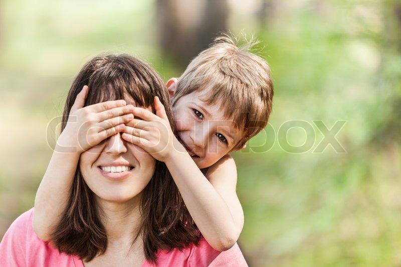 Сын заигрывает с матерью 2 фотография