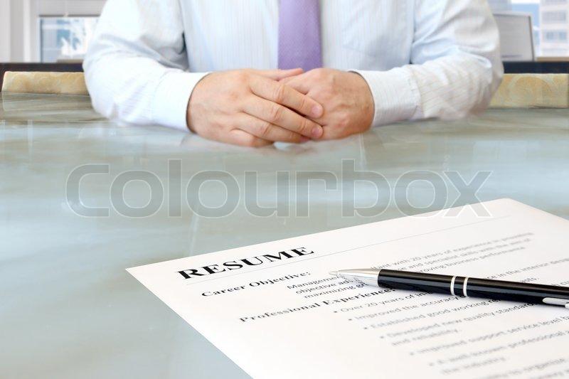 Job interview im b ro mit schwerpunkt lebenslauf und stift stockfoto colourbox - Buro jobs ausbildung ...