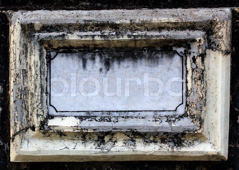Alte schmutzig und leere Namenstafel aus Beton und weiße Marmor Stein